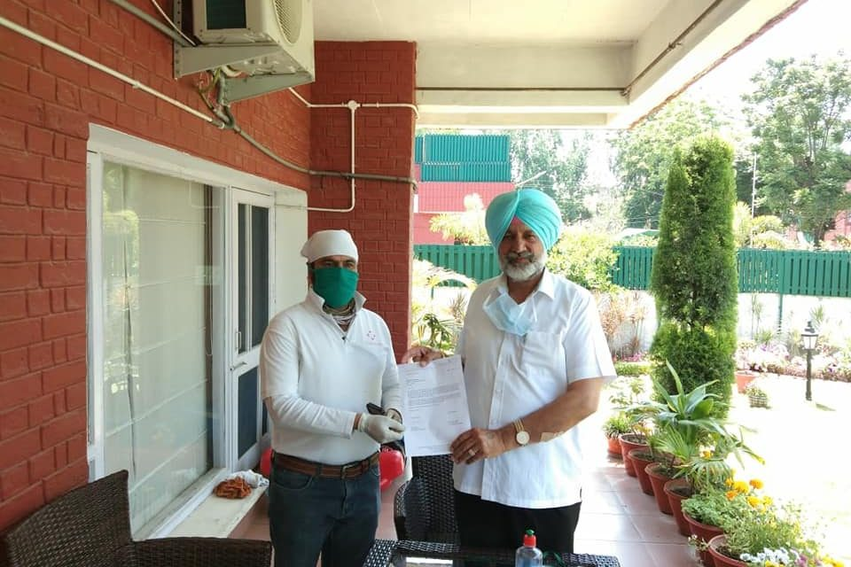 Chandigarh Tricity Team distributed  Masks to Health and Family Welfare Minister, Govt. of Punjab